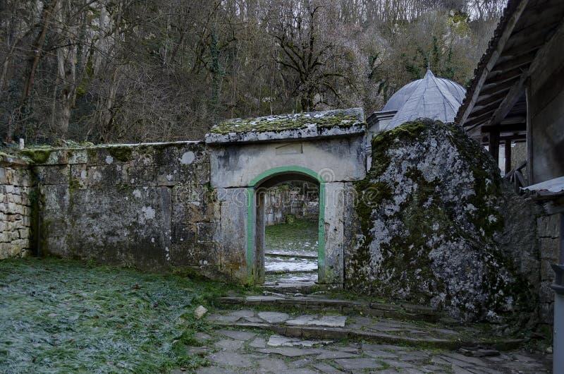 Panorama ein innerer Hof mit Eingang in Richtung zum Grab in Demir Baba Teke, Kultmonument geehrt von beiden Christen und von Mos lizenzfreies stockfoto