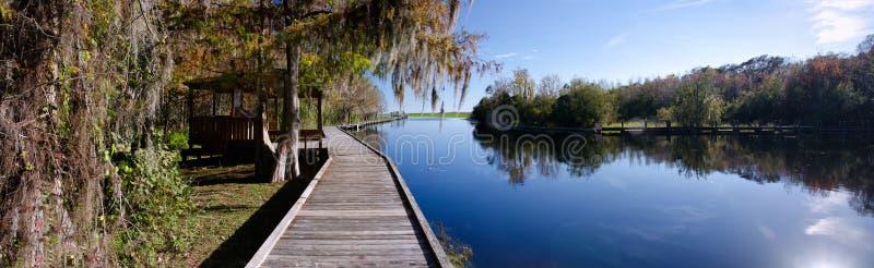 Panorama eines alten Kais auf einem Frischwassersee, Florida stockfotos