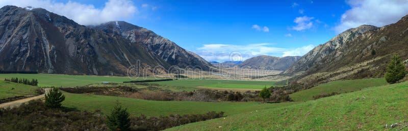 Panorama eines Tales in Neuseeland-` s südlichen Alpen stockfotografie