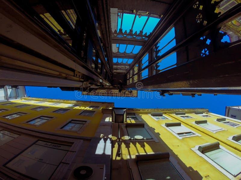 Panorama- elevator för tappning i Lissabon royaltyfria bilder