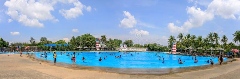 Panorama- eller panorama av den stora eller enorma simbassängen av Siam Park City eller SuanSiam, Bangkok, Thailand royaltyfri fotografi