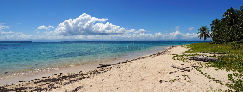 Panorama em uma praia unspoiled da ilha fotos de stock royalty free