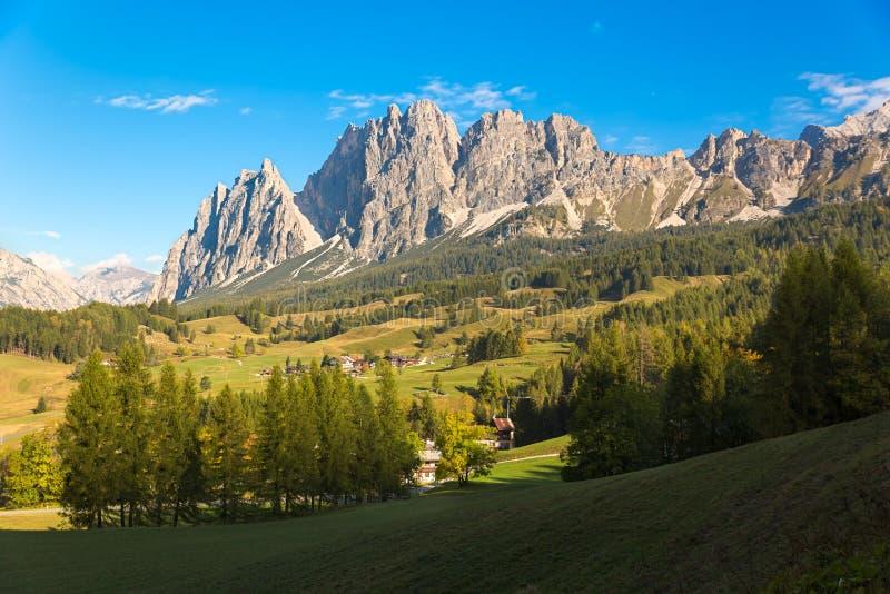Panorama en dolomías, Cortina d'Ampezzo, Italia de la montaña imagenes de archivo