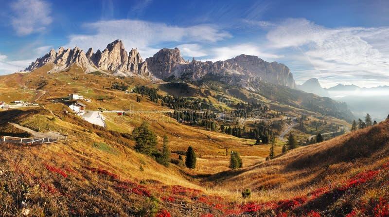 Panorama en dolomías de las montañas de Italia - Passo Gardena de la montaña foto de archivo libre de regalías