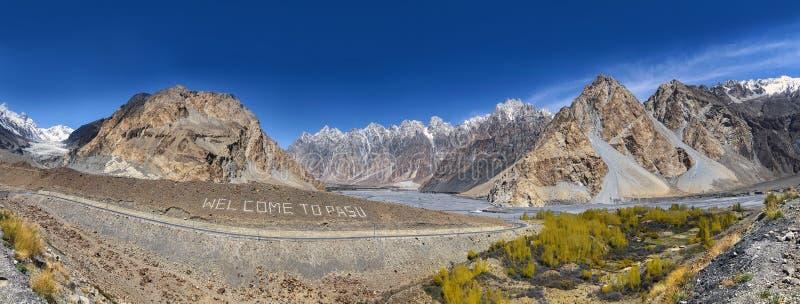Panorama en el glaciar de Passu foto de archivo