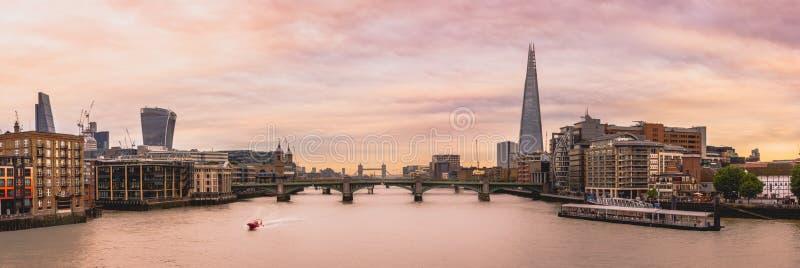 Panorama en el río Támesis fotos de archivo