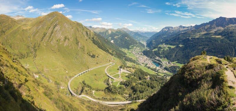 Panorama en el valle Leventina y las montañas circundantes del camino a Gotthard Pass, Suiza imagen de archivo libre de regalías