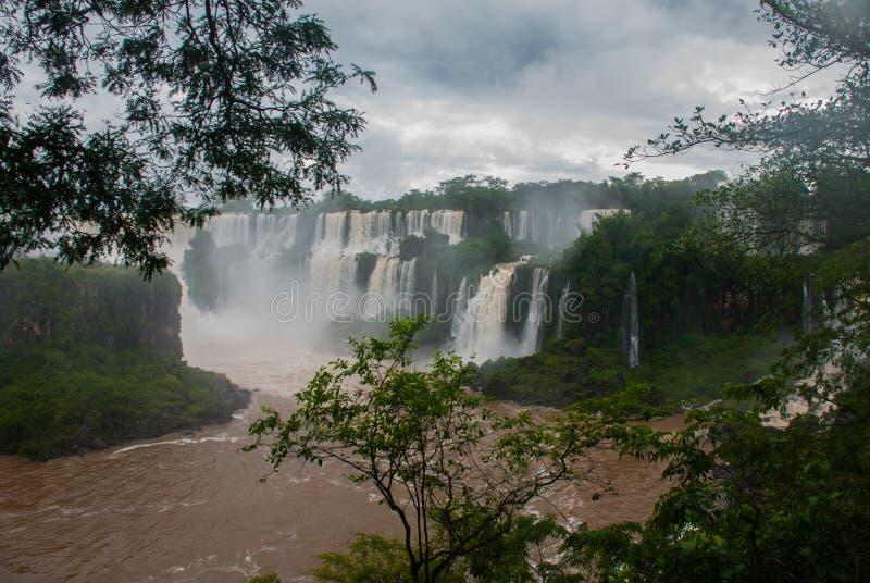 Panorama en las cataratas del Iguaz?, una de las nuevas siete maravillas de la naturaleza, la Argentina imagenes de archivo