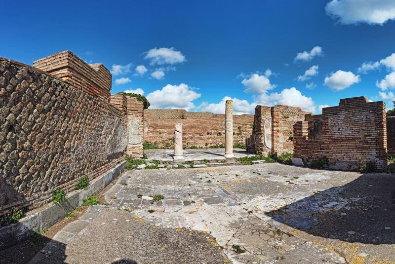 Panorama en las excavaciones arqueológicas de la arquitectura hermosa de Ostia Antica con las columnas y los restos del paviment foto de archivo