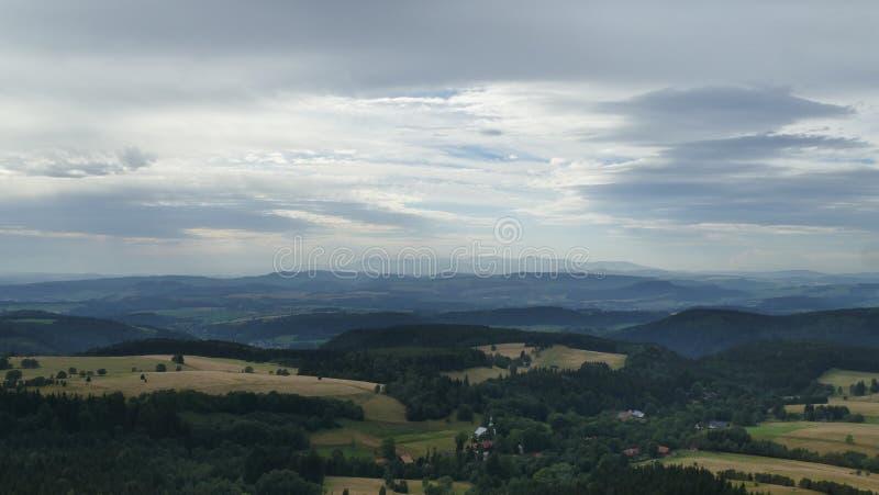 Panorama en las montañas de la tabla y en la gama lejana de las montañas de Karkonosze polonia fotos de archivo libres de regalías