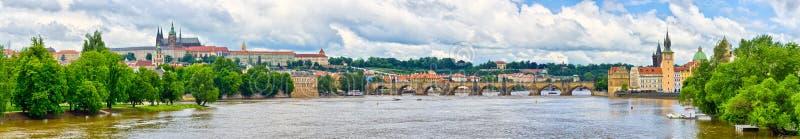 Panorama en Praga - con la colina de Charles Bridge y de Hradcany imagen de archivo