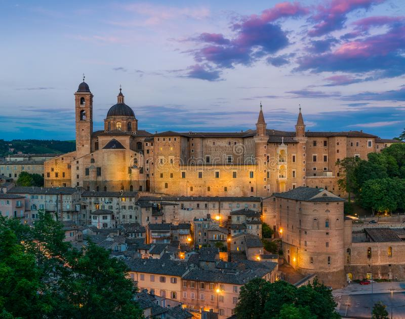 Panorama en Urbino en la puesta del sol, la ciudad y el sitio del patrimonio mundial en la región de Marche de Italia foto de archivo libre de regalías