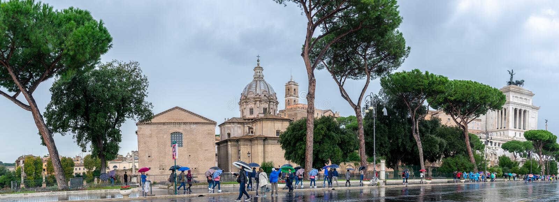 Panorama encendido vía la calle de Dei Fori Imperiali, Roma Altere de la patria en fondo foto de archivo