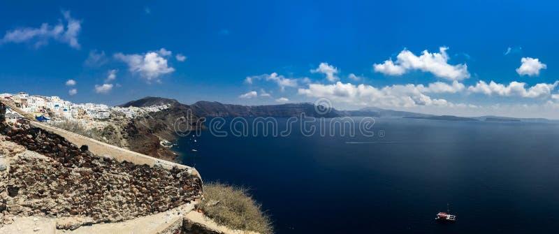 Panorama ensolarado da manhã da ilha de Santorini Recurso grego offamous Fira da opinião colorida da mola, Grécia, Europa fotografia de stock