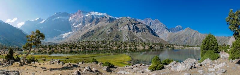 Panorama escénico del lago cristalino en montañas de la fan en Pamir, Tayikistán fotos de archivo libres de regalías