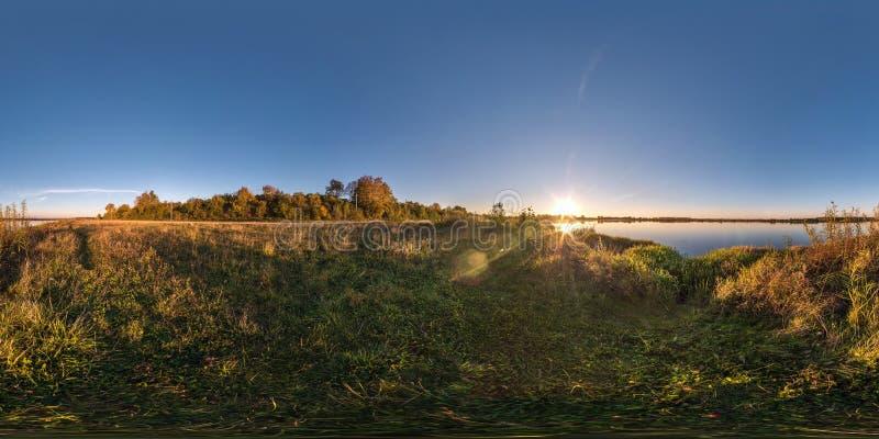Panorama esférico inconsútil completo del cubo 360 grados de opinión de ángulo sobre la orilla del neman ancho del río en puesta  imagen de archivo libre de regalías