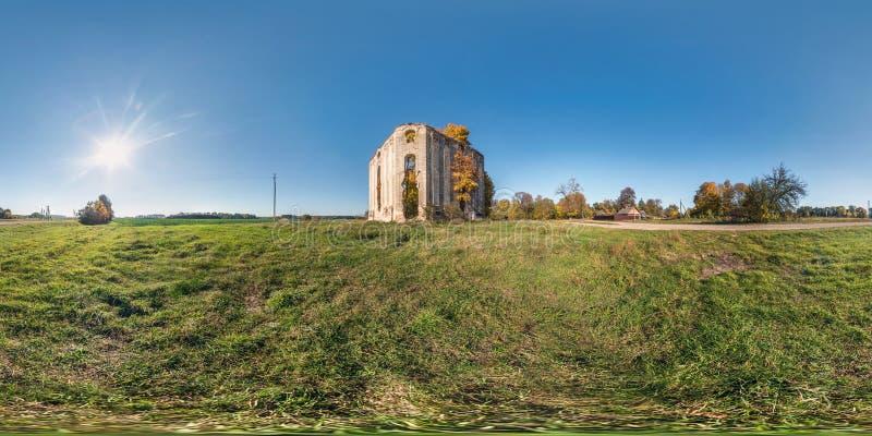 Panorama esférico inconsútil completo 360 grados de opinión de ángulo cerca de la tumba abandonada arruinada piedra en la proyecc imagenes de archivo