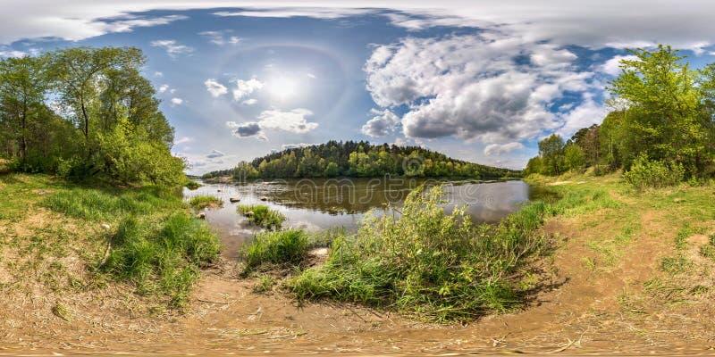 Panorama esférico inconsútil completo 360 grados de opinión de ángulo sobre la orilla del neman ancho del río con halo y las nube foto de archivo libre de regalías