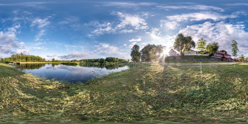 Panorama esférico sem emenda completo do hdri 360 graus de opinião de ângulo na costa da grama do lago ou do rio enorme no dia de imagem de stock