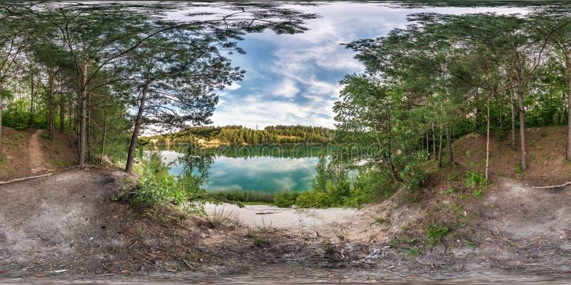 Panorama esférico sem emenda completo do hdri 360 graus de opinião de ângulo na costa da pedra calcária do lago ou do rio verde e fotografia de stock royalty free