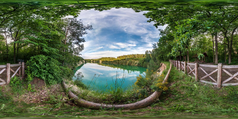 Panorama esférico sem emenda completo do hdri 360 graus de opinião de ângulo na costa da pedra calcária do lago ou do rio verde e imagem de stock royalty free