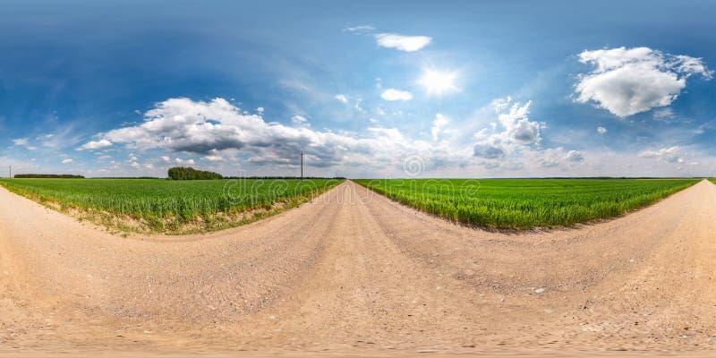 Panorama esférico sem emenda completo do hdri 360 graus de opinião de ângulo na estrada do cascalho entre campos no dia de verão  imagem de stock royalty free