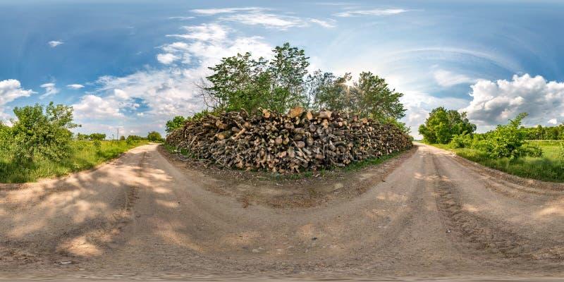 Panorama esférico sem emenda completo do hdri 360 graus de opinião de ângulo na estrada do cascalho perto da lenha no dia de verã foto de stock royalty free