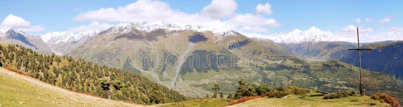 Panorama et croix de montagne image libre de droits