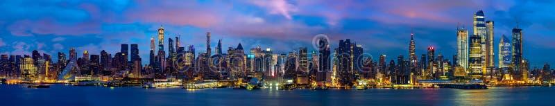 Panorama et paysage urbain de nuit de New York City photographie stock