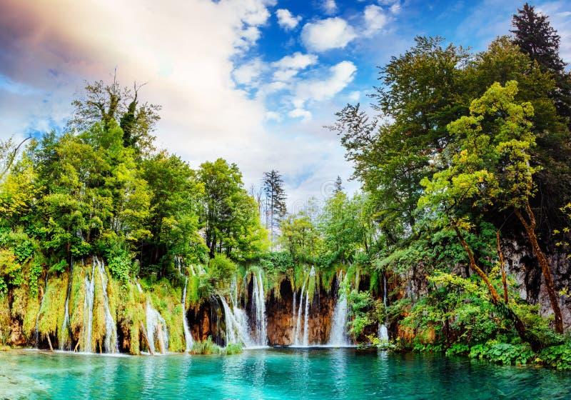 Panorama excitante das cachoeiras no parque nacional dos lagos Plitvice fotografia de stock