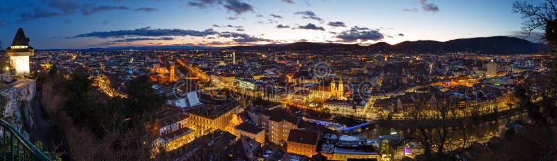 Panorama för överkant för Graz stadsnatt (Österrike) arkivfoton