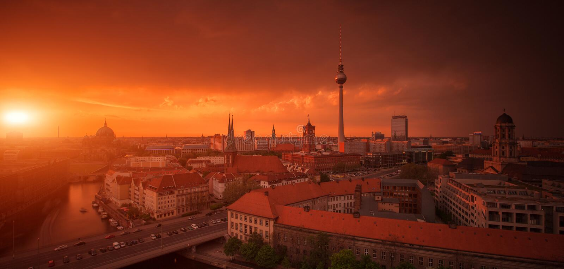 Panorama för Berlin horisontstad med den berömda solnedgången - arkivbilder