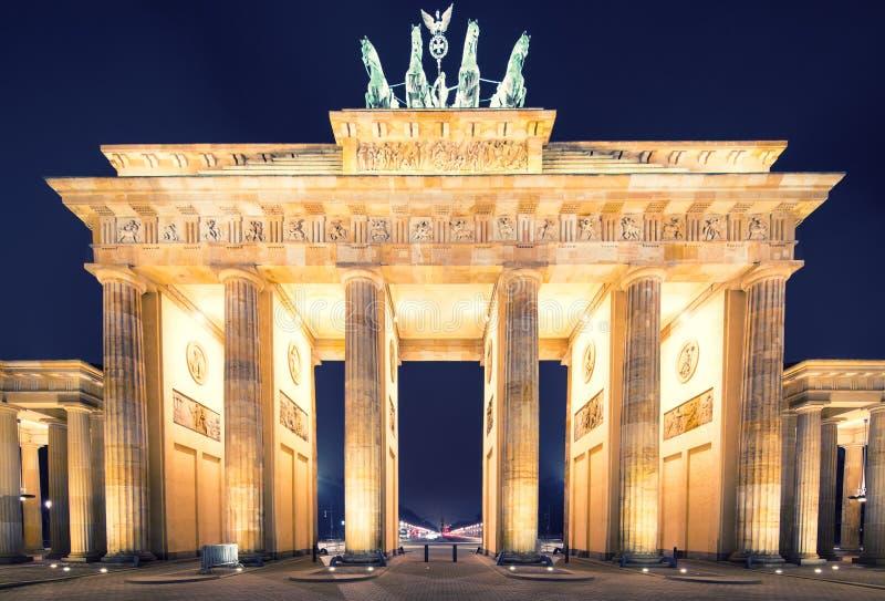 Panorama för Brandenburger Tor (Brandenburg utfärda utegångsförbud för), berömd landmark i Berlin Tysklandnatt arkivbild