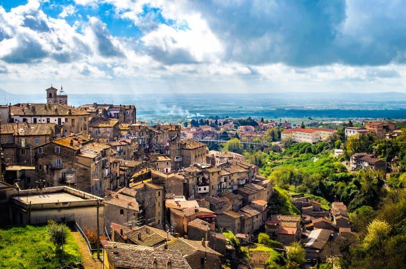 Panorama för Caprarola latiumby - det landskapViterbo landskapet - Italien arkivfoto