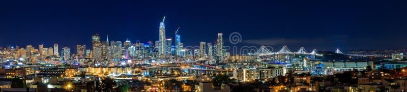 Panorama för den San Francisco horisontnatten med staden tänder, fjärden B royaltyfria foton