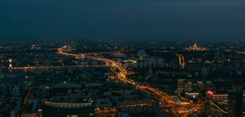 Panorama för flyg- sikt av nattstadsMoskva, Ryssland Stads- cityscape efter solnedgång med upplysta gator och byggnad fotografering för bildbyråer