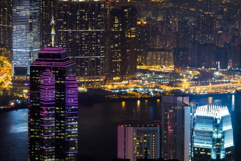 Panorama för flyg- sikt för natt av Hong Kong horisont och Victoria Harbor arkivfoton