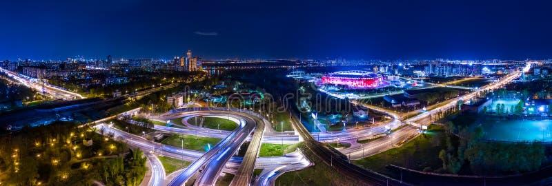 Panorama för flyg- sikt för natt av slingor för en motorväggenomskärningstrafik i nattMoskva royaltyfri fotografi
