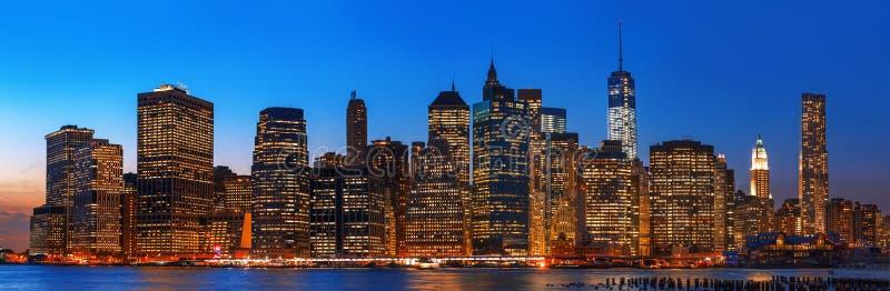 Panorama för nattNew York City horisont arkivbilder