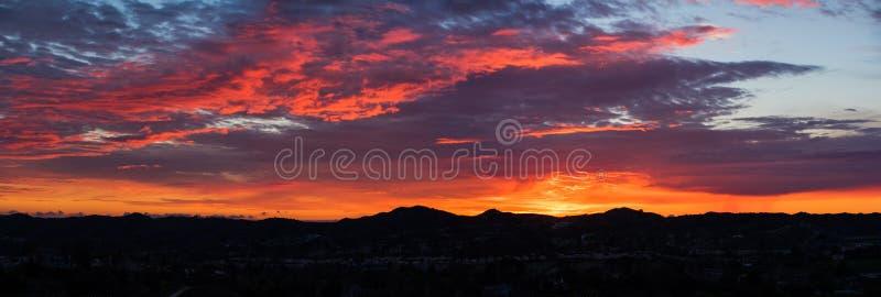 Panorama för orange län för solnedgångberg arkivfoto