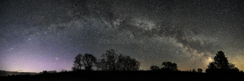 Panorama för stjärna för stjärnor för natthimmel och för mjölkaktig väg royaltyfria bilder