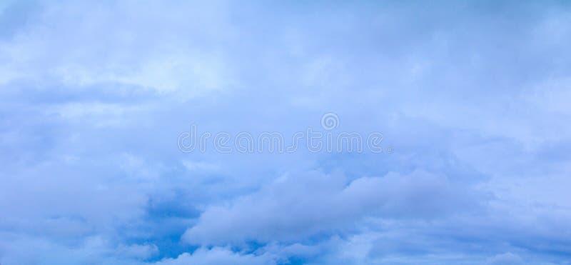Panorama för stormmoln i härlig bakgrund för himmelsommartid royaltyfri bild