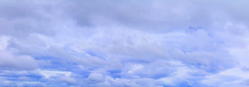 Panorama för stormmoln i härlig bakgrund för himmelsommartid arkivfoton