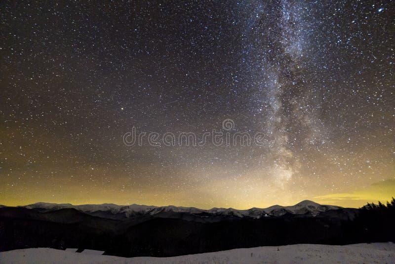 Panorama f?r landskap f?r vinterbergnatt Ljus konstellation f?r Vintergatan i m?rk stj?rnklar himmel, mjukt gl?d p? horisont efte royaltyfria foton