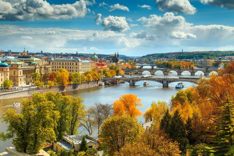 Panorama fantástico del otoño con la ciudad famosa de Praga, República Checa, Europa foto de archivo