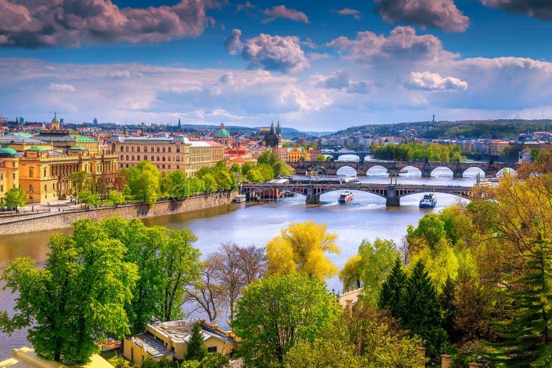 Panorama fantástico del paisaje urbano con los puentes y el río, Praga, República Checa fotos de archivo