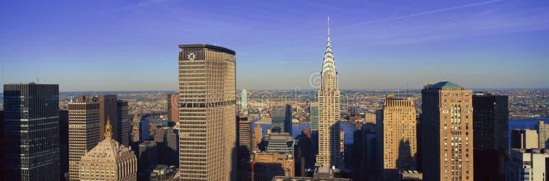 Panorama- flyg- sikt av Chrysler byggnad och mött livbyggnad, Manhattan, NY-horisont royaltyfri fotografi
