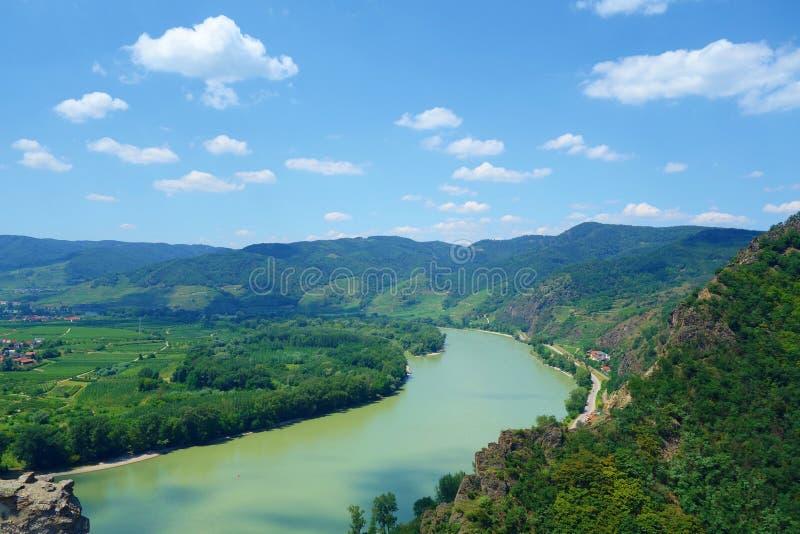 Panorama- flyg- sikt av den härliga Wachau dalen med den historiska staden av den Durnstein och berömda Danube River, lägre Öster royaltyfri foto