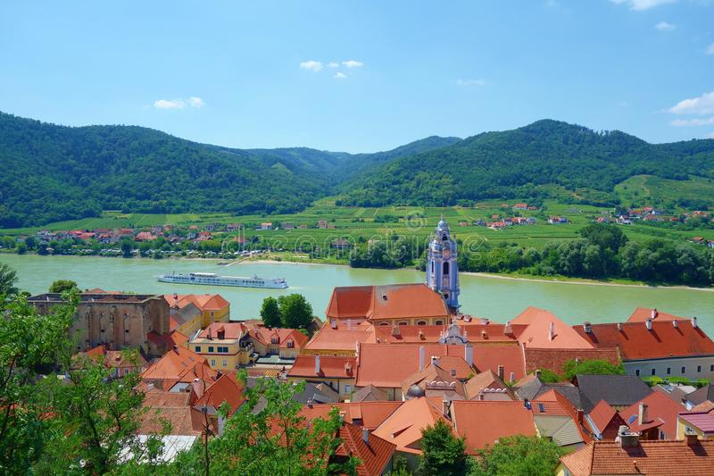 Panorama- flyg- sikt av den härliga Wachau dalen med den historiska staden av den Durnstein och berömda Danube River, lägre Öster royaltyfri bild