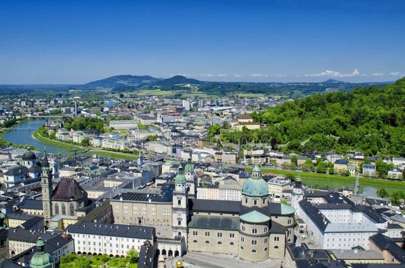 Panorama- flyg- sikt av den historiska mitten och arkitektur av Salzburg, Österrike arkivbild